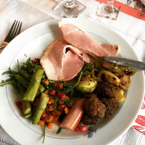 Att komplettera ett julbord – eller att ta med det man behöver för att kunna äta tillsammans