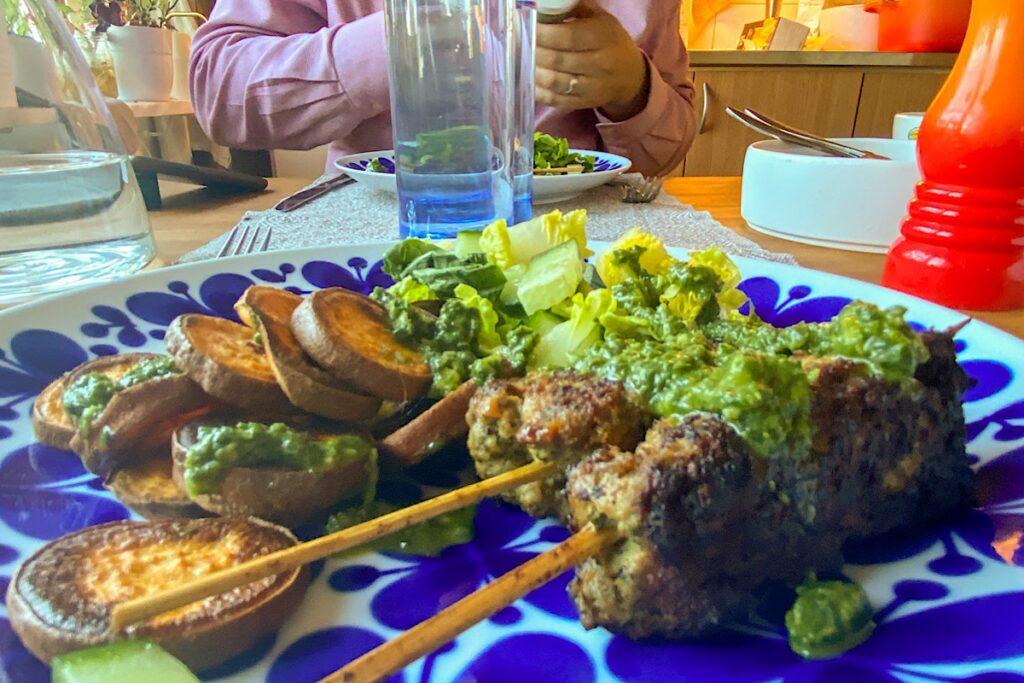 lammkebab sötpotatis på het plåt pesto